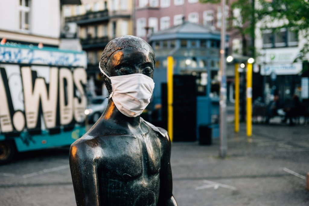 une statue avec un masque